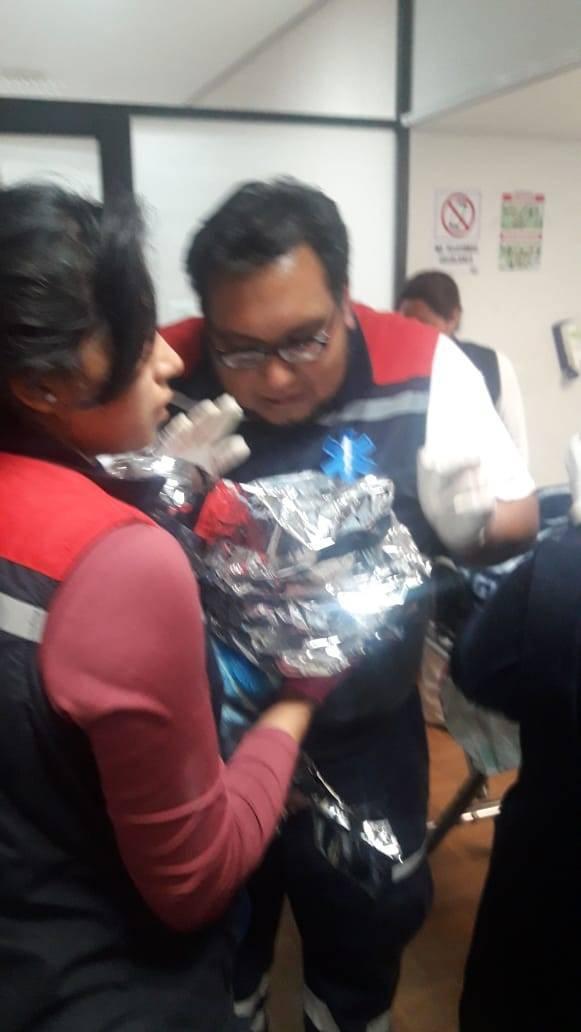 Paramédicos ayudan a mamá a que nazca su hijo en el parque