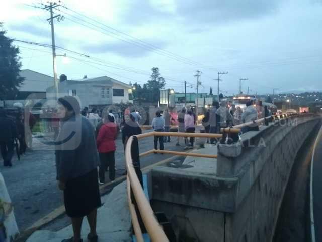 Vecinos de Tepetomatitlán cierran carretera Tlaxcala-Apizaco