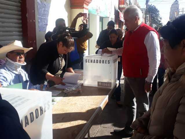Noé Rodríguez vota en Calpulalpan