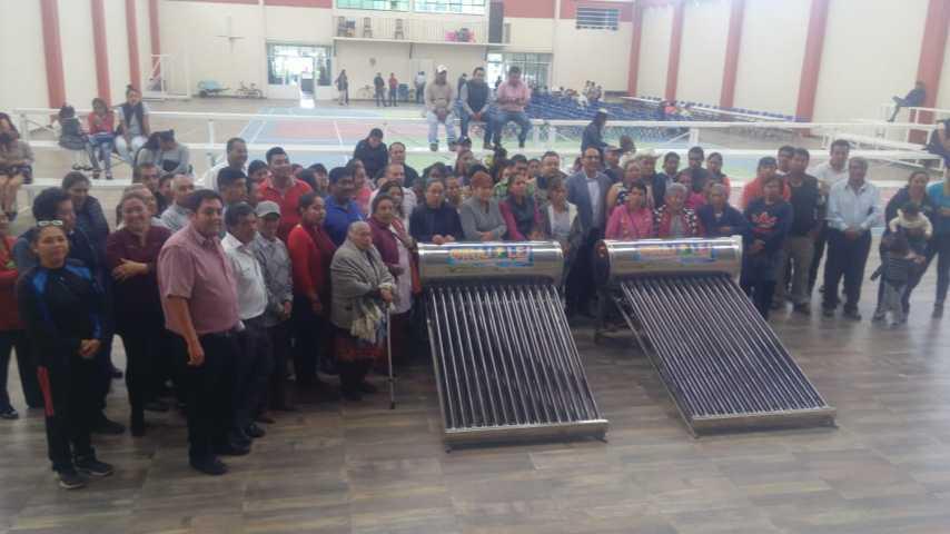 Beneficia Xiloxoxtla a familias con entrega de calentadores solares.