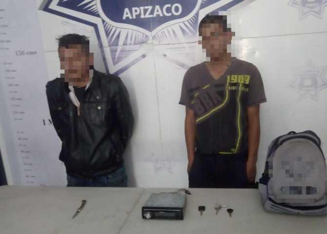 Detiene Policía de Apizaco a dos sujetos por robo de autoestéreo