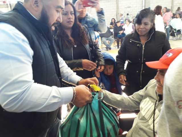 Alcalde de Xicohtzinco entrega despensas y juguetes a familias vulnerables