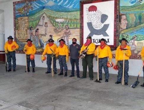 Rafael Zambrano y Conafor entregan uniformes a Brigada contra Incendios