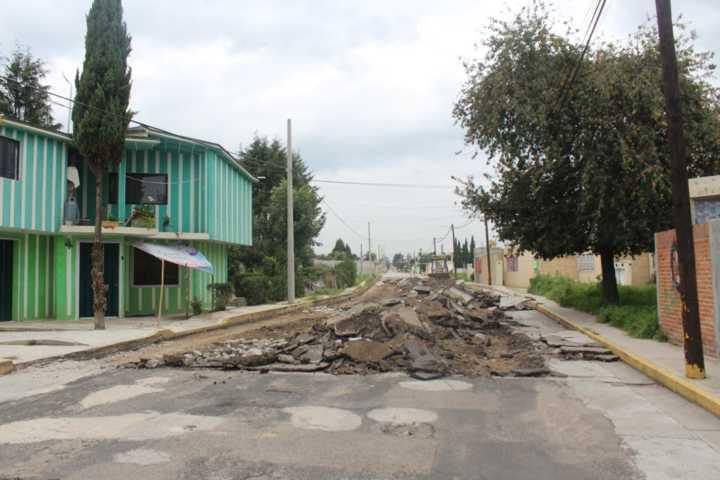 Supervisa alcalde de Santa Cruz Tlaxcala obra de pavimentación en San Lucas Tlacochcalco