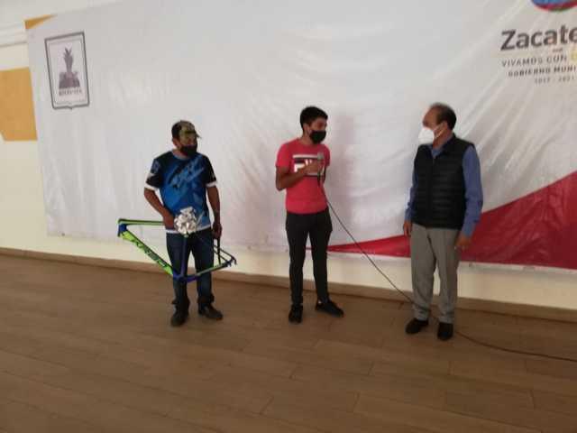 Tomás Orea entrega apoyo a deportista destacado en Zacatelco