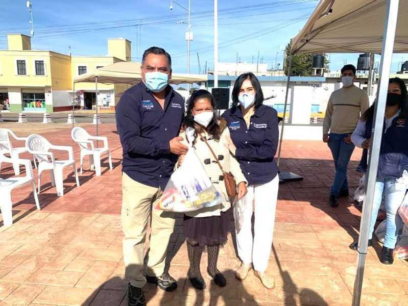 Eleazar Molina entrega despensas a familias en situación vulnerable