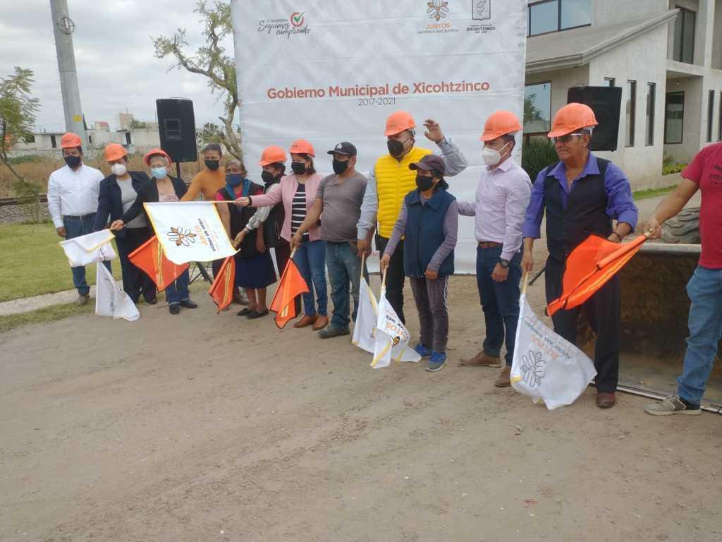 Badillo Jaramillo gestiona la pavimentación de la calle Insurgentes de Xicohtzinco