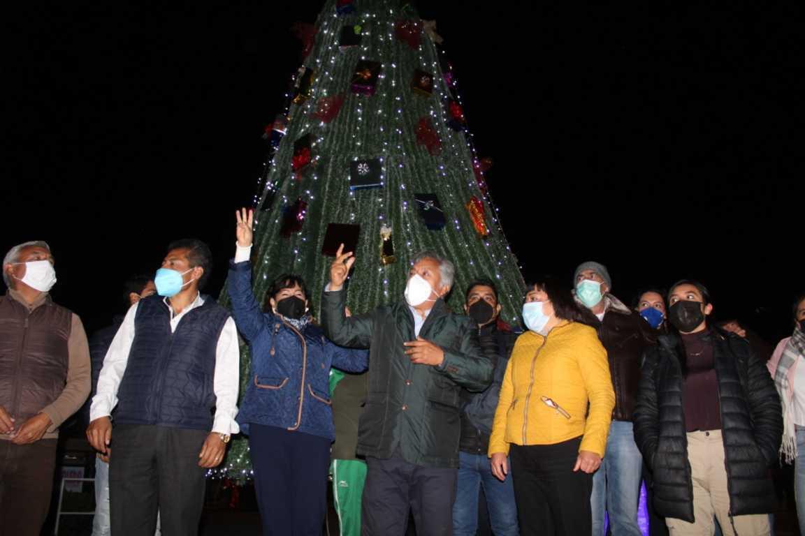 Rafael Zambrano llama a la unión familiar durante el encendido del árbol navideño