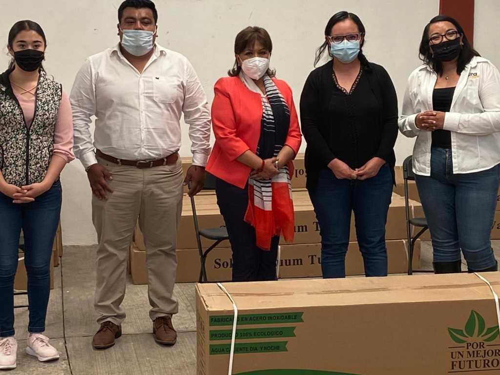 Entregan calentadores solares Anabell Ávalos y Laura Flores a familias de la capital