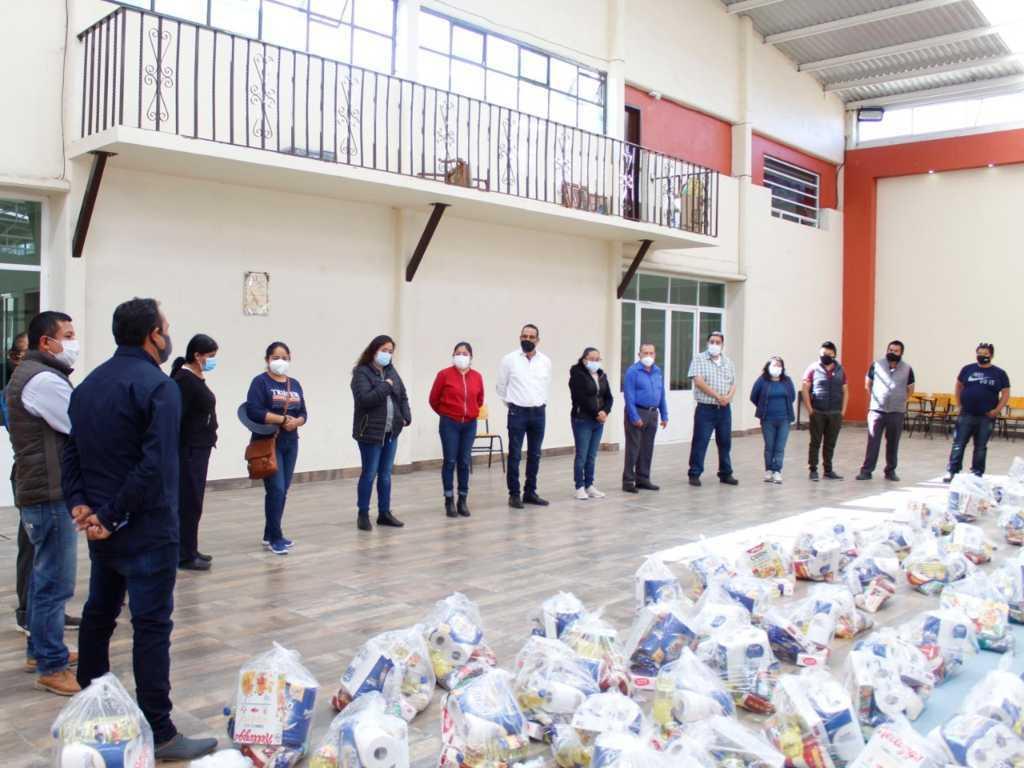 Jaime Pérez entrega más de mil 500 despensas en los siete barrios de Xiloxoxtla