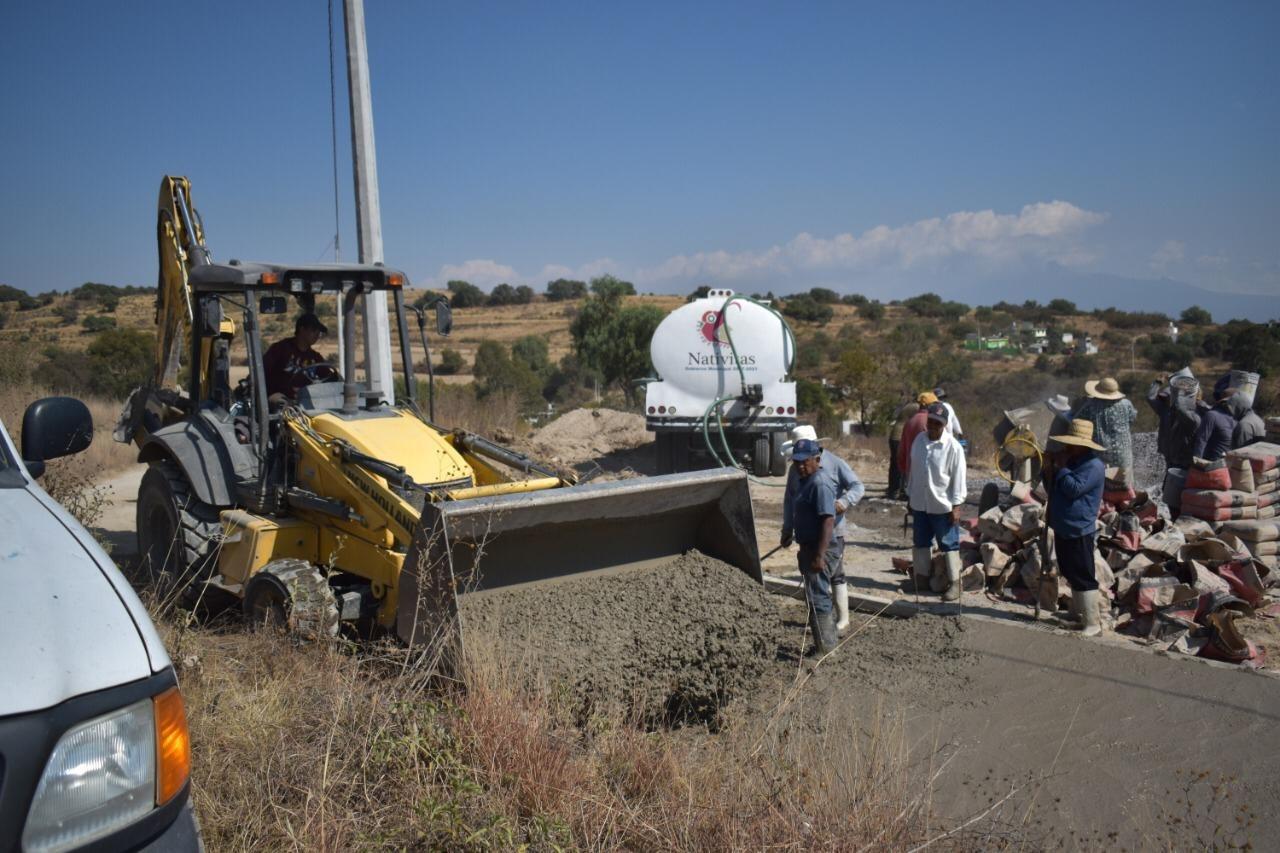 Concretan la pavimentación de la calle Libertad de Xochitecatitla