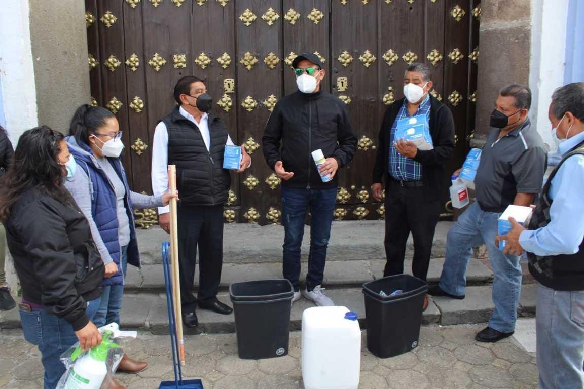 Fiscales de Xiloxoxtla reciben del alcalde insumos para prevenir el Covid