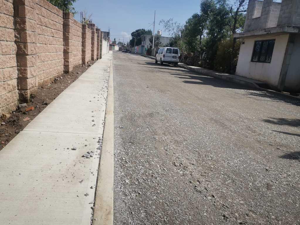 Pavimento de la calle Allende lleva un avance del 70% en Papalotla