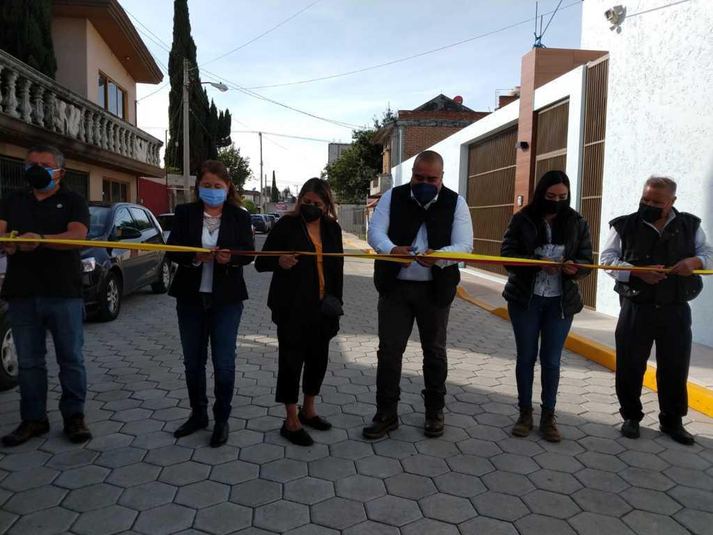 Edil de Xicohtzinco entrega obra de pavimento en la Primera Sección