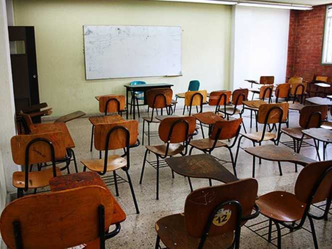 Padres de familia y maestros cierran escuela de Tlaxcala por Covid