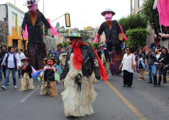 Xicohtzinco se sumó al desfile del 31 festival internacional de títeres