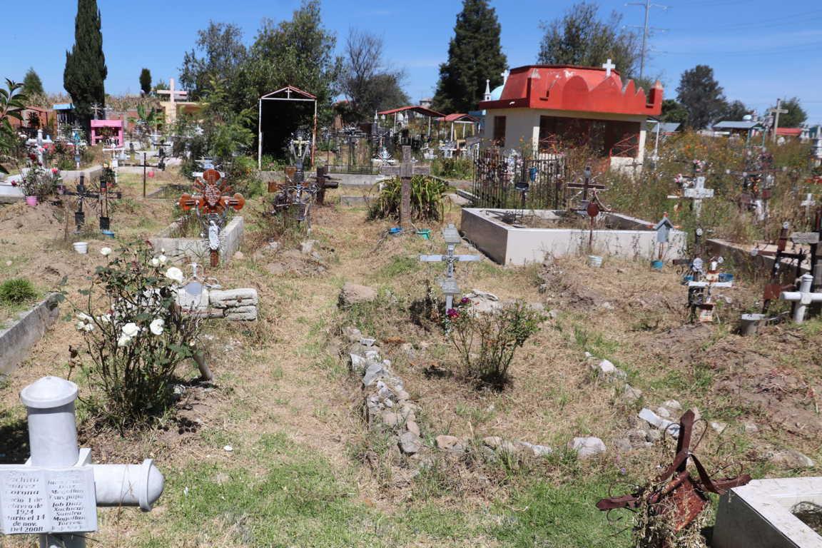 Por indicación de alcalde, colocarán arcos florales en Panteón Municipal de Xicohtzinco