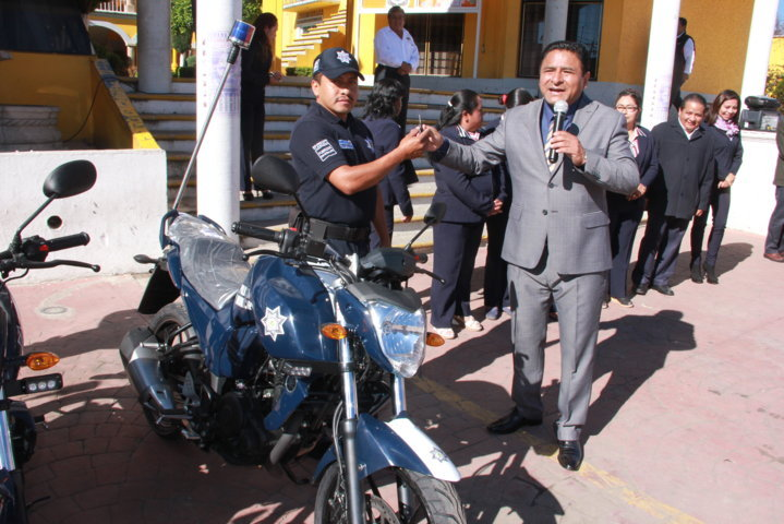 Alcalde de Tepetitla entrega 4 motopatrullas para seguridad pública