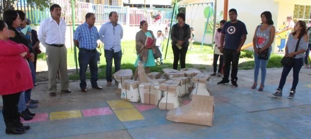 Secretario del Ayto. y regidores de Lardizábal entregan mobiliario para sanitarios a escuela