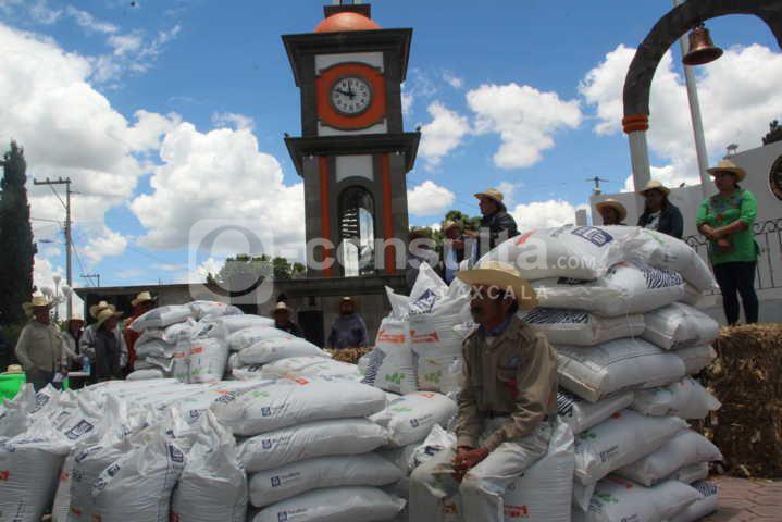 Alcalde apoya la economía de 60 campesinos con 4 bultos de fertilizante gratis