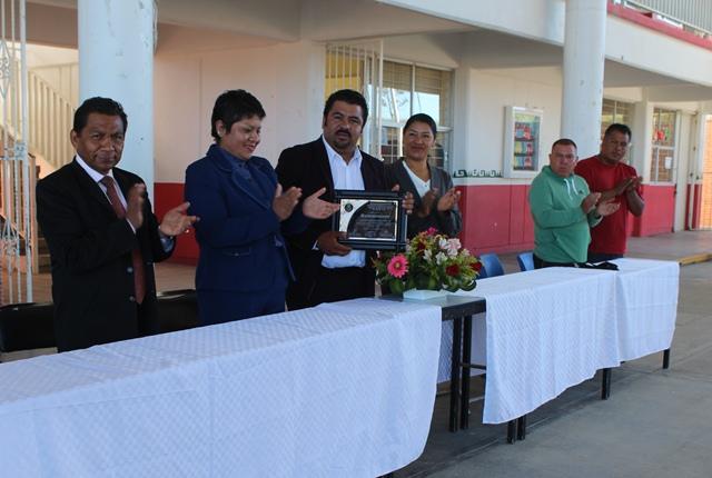 Recibe alcalde de Tepetitla reconocimiento por apoyo a  proyectos educativos