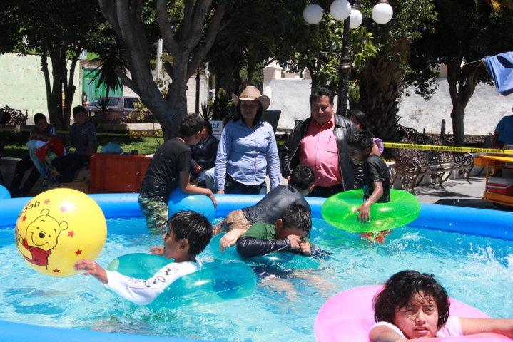 Niños de Xiloxoxtla, disfrutan de las albercas portátiles