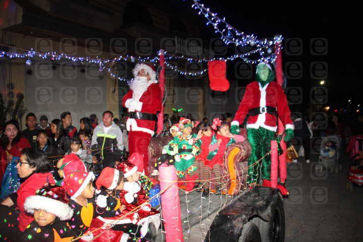 Pérez Rojas realizo el encendido del tradicional árbol de navidad