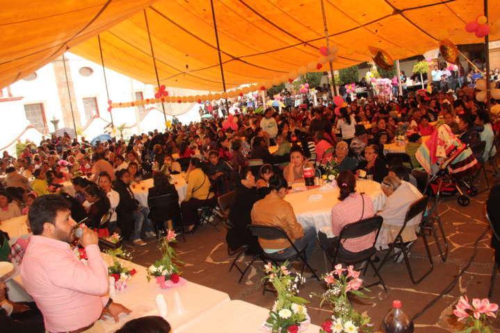 Magno festejo para las madres de Hueyotlipan ofreció el alcalde