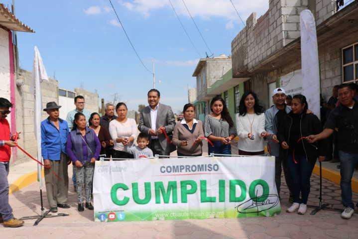 Después de 15 años la calle Azomiatenco de Ixcotla tiene pavimento