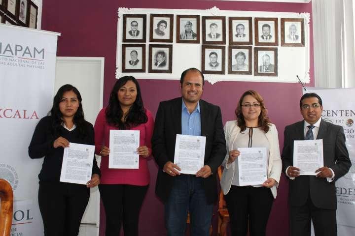 Firma Santa Cruz Tlaxcala convenio con INAPAM