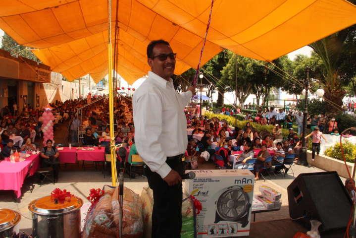 Ayuntamiento y SMDIF agasajan a las Madres en su día