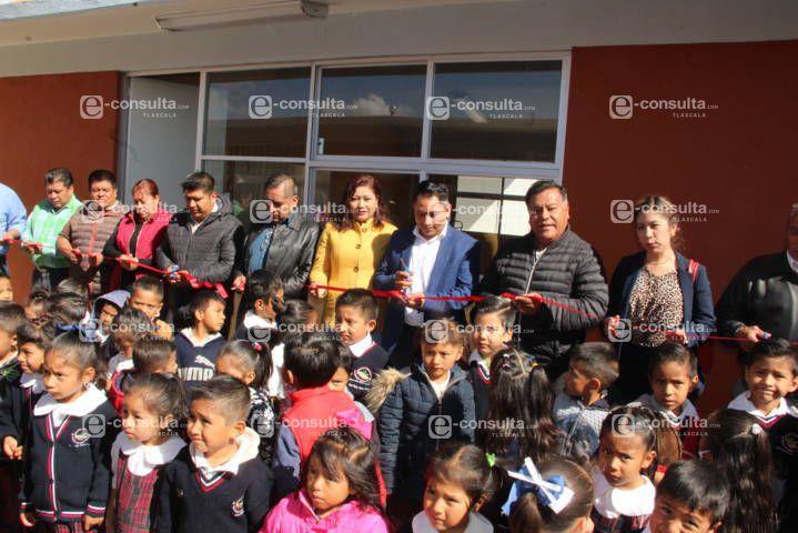 Alcalde contribuye con la educación de los niños entregando 2 aulas al kínder
