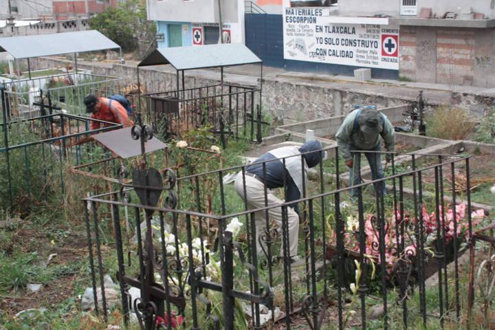 Realizan mantenimiento al Panteón Municipal de la Santísima