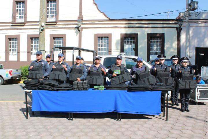 Entrega Alcalde Patrulla, equipo de Seguridad Pública y Unidad de P C