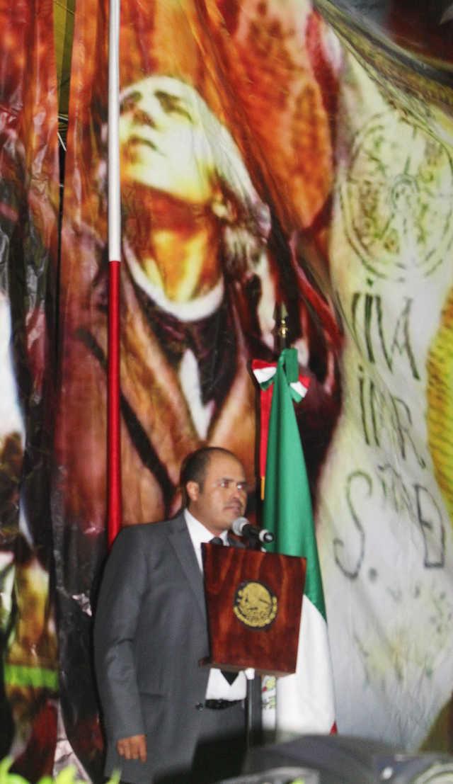 Alcalde de Santa Cruz Tlaxcala Miguel Ángel Sanabria Chávez da el Grito de Independencia