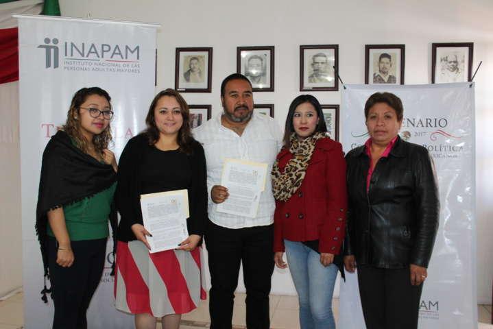 Alcalde mejora la calidad de vida de los abuelitos con firma de convenio