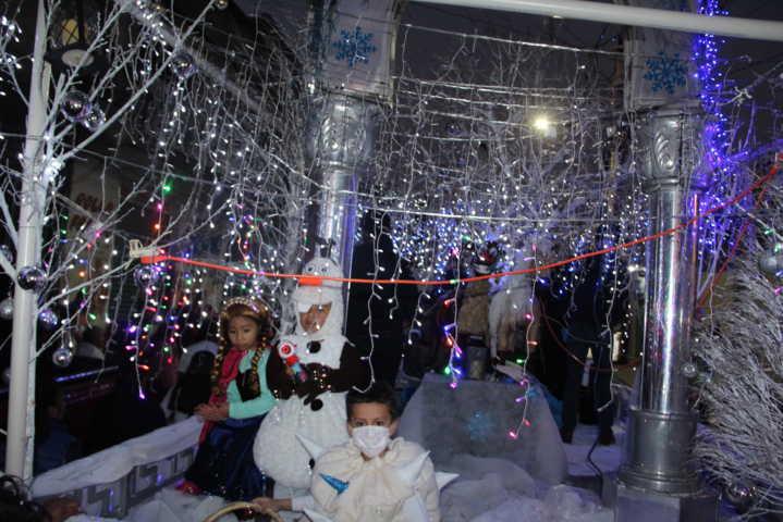 La Navidad llego a Huactzinco con un desfile nocturno y el encendido del árbol