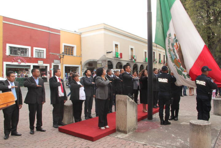 Alcalde encabezo el desfile y el Arrio de bandera Nacional