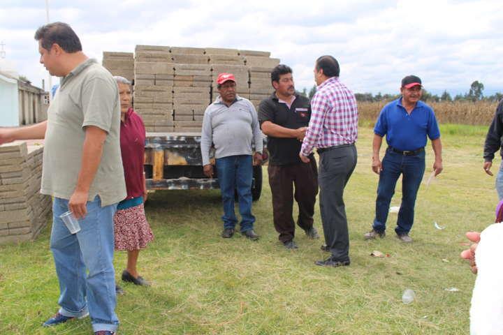 Alcalde de Zacatelco entrega material de construcción en Col. Domingo Arenas
