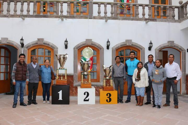 Entrega Maribel Cervantes Hernández trofeos para final de torneo de barrios