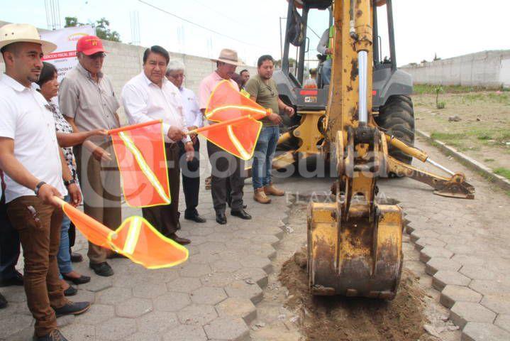 Alcalde pone en marcha rehabilitación de drenaje sanitario en la calle San Miguel