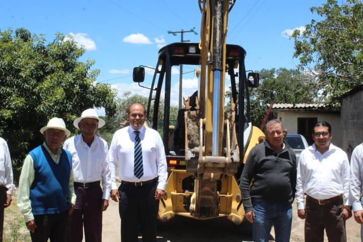 Alcalde acerca servicio básico a la calle Tesoro de Guadalupe Tlachco