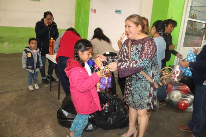 Con una obra de títeres el SMDIF de Amaxac festejo a los niños en su día