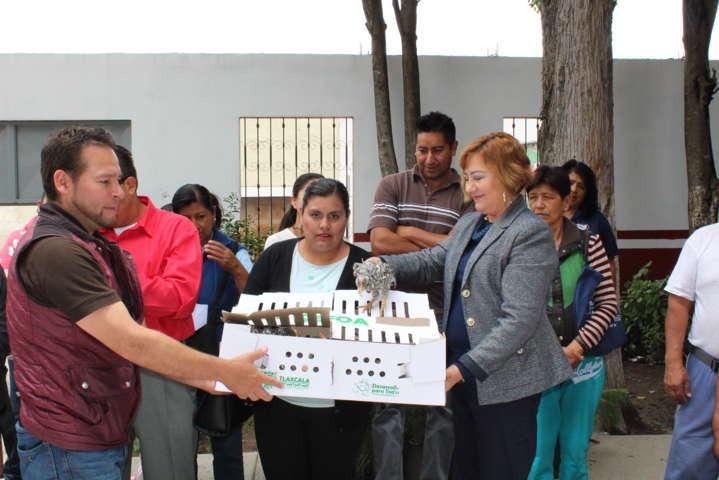 El SMDIF de Ixtacuixtla entrega 60 paquetes de animales de traspatio