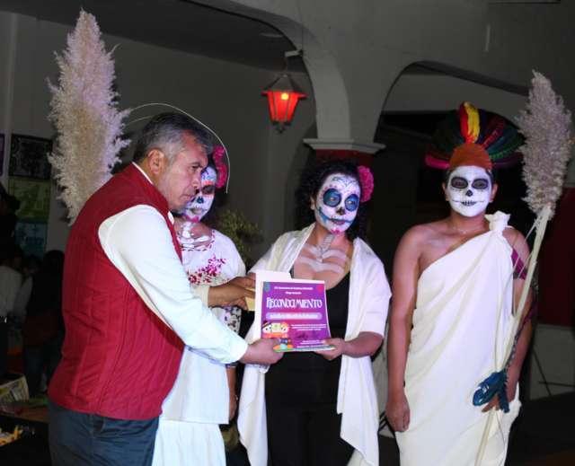 Alcalde conserva tradiciones de Día de Muertos con concurso de ofrendas