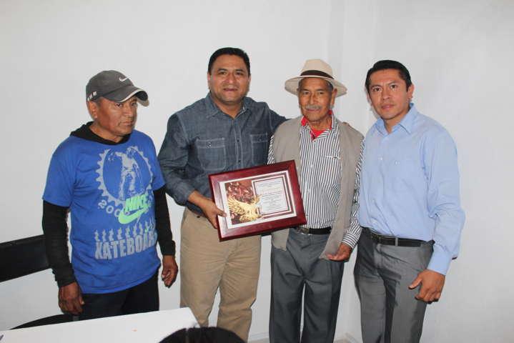 Alcalde recibe reconocimiento por mejorar la imagen urbana