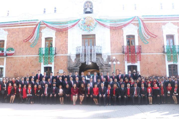 La administración de Chiautempan iza bandera nacional en Palacio De Gobierno