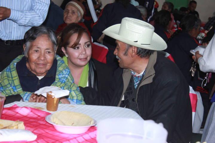 Ayuntamiento y SMDIF de Tetlanohcan festejan en grande a los abuelitos