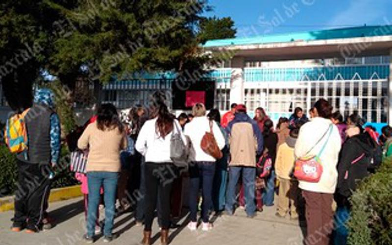 Padres de familia exigen maestros para secundaria en Yauhquemehcan
