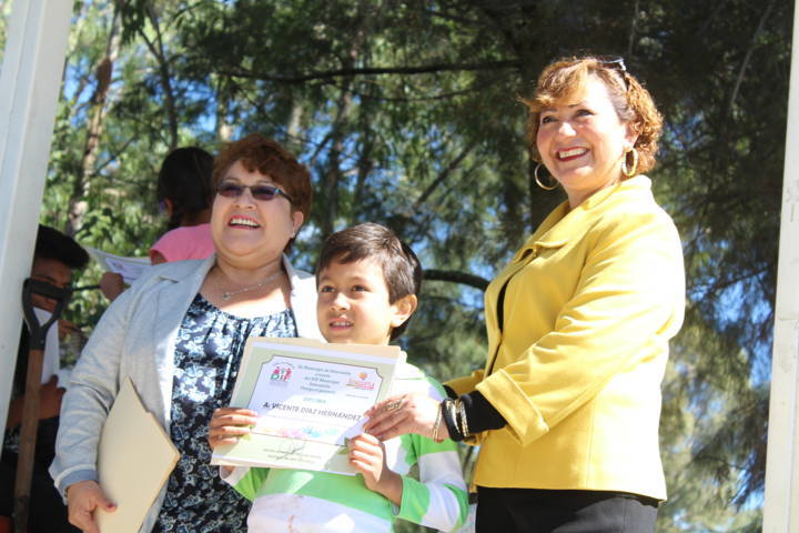 El DIF municipal clausuran curso de verano con la siembra de 100 arbolitos